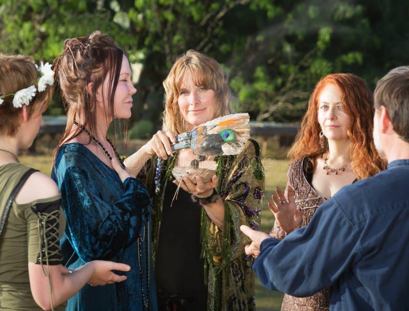 Люди Wicca с мудрым ладаном стоковое фото