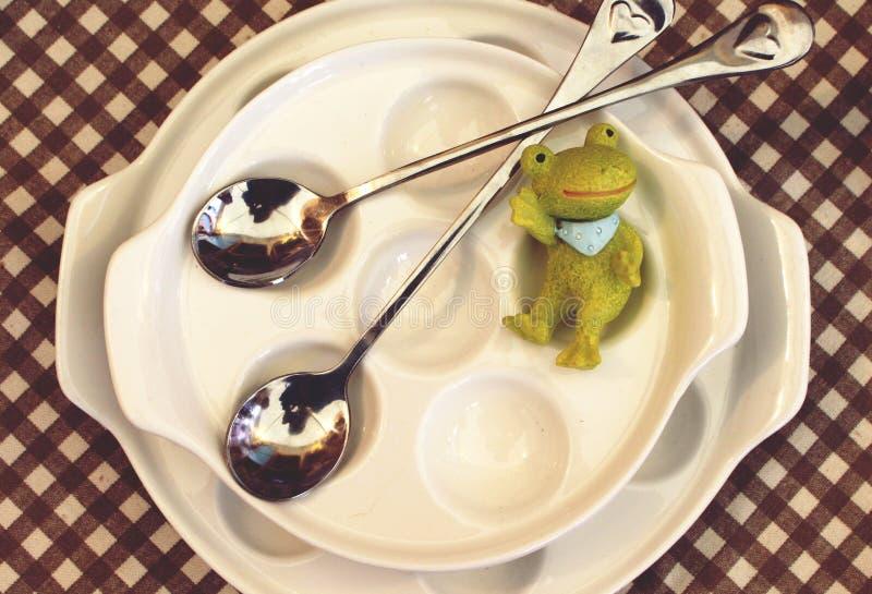 Лягушка на блюдах стоковая фотография rf