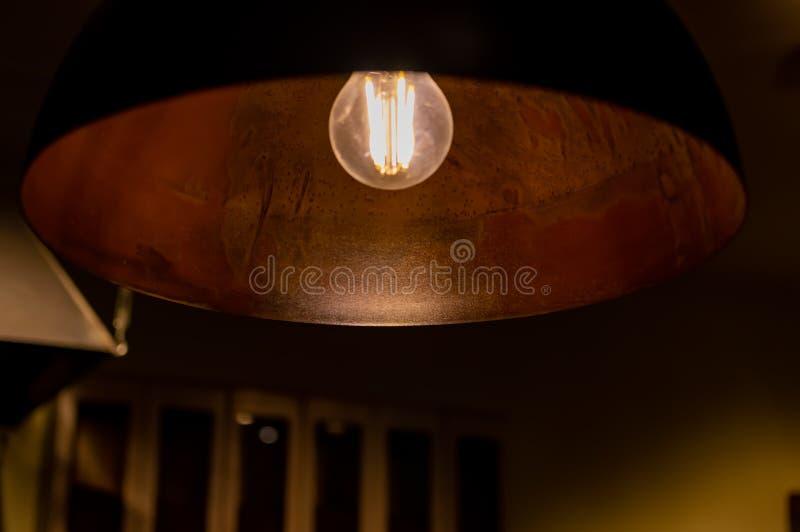 Лямпшадный медь в ретро-стиле с лампой накаливания стоковые изображения