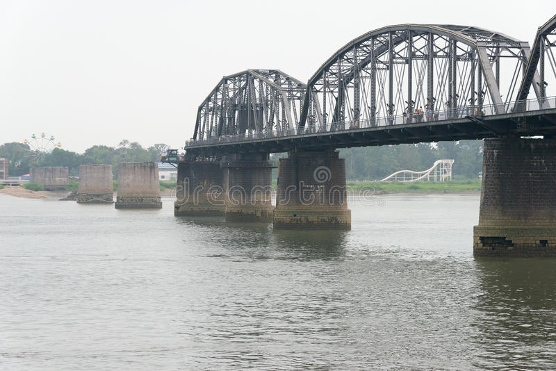 ЛЯОНИН, КИТАЙ - 28-ое июля 2015: Мост краткости Рекы Ялуцзян известная стоковое фото rf