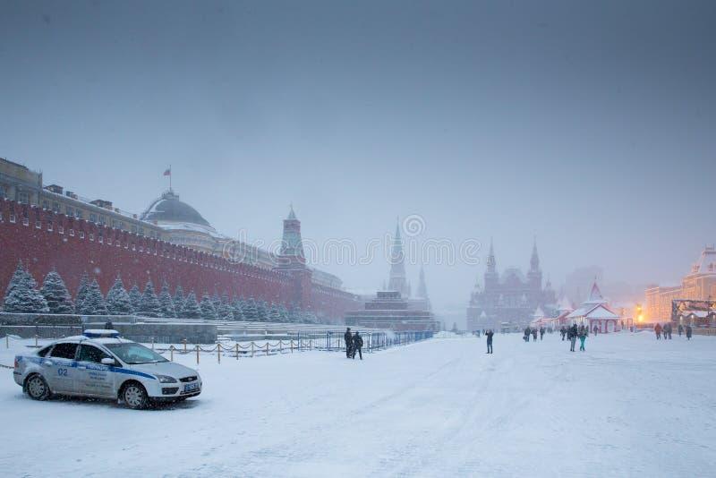 Мавзолей красной площади, Кремля, Ленина и полицейская машина в зиме стоковые фотографии rf