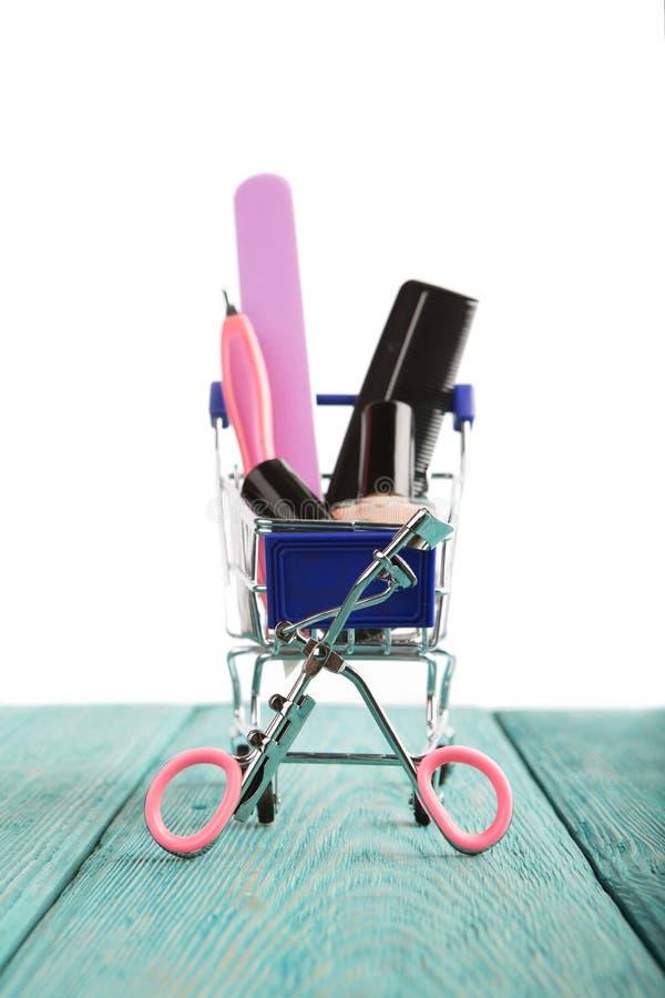 Магазинная тележкаа при косметики изолированные на белой предпосылке стоковое изображение