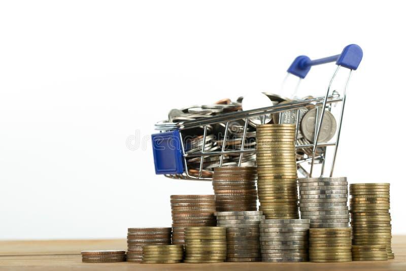 Магазинная тележкаа и деньги стоковое изображение rf