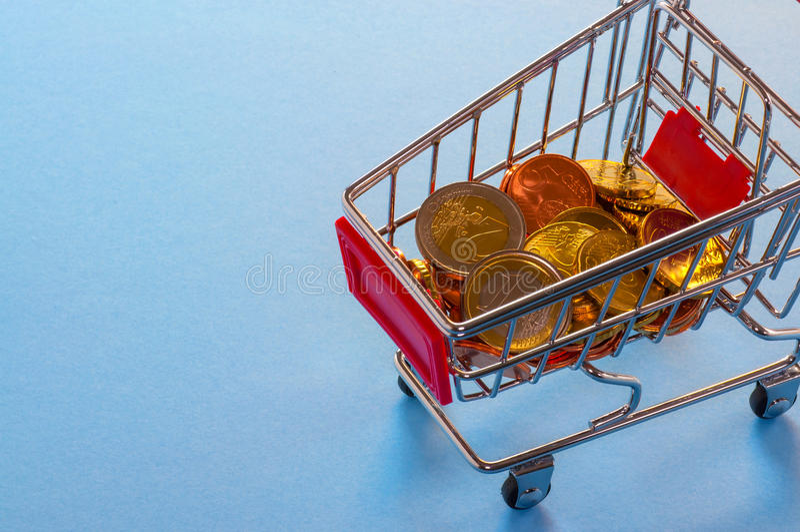 Магазинная тележкаа с монетками евро стоковое фото rf
