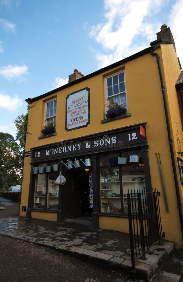 Магазин в деревне Bunratty и парке людей стоковые фотографии rf