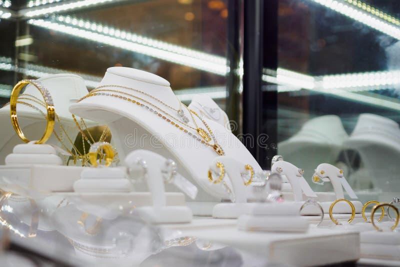 Магазин диаманта ювелирных изделий с кольцами и ожерельями браслета стоковые фотографии rf