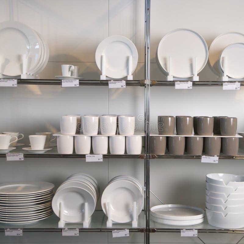 магазин дисплея тарелок стоковые изображения rf