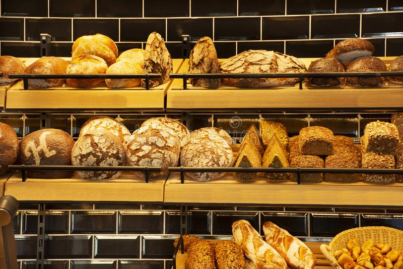 Магазин и кафе хлеба пекарни для продажи на рынке Heidelberger в Гейдельберге, Германии стоковые фото