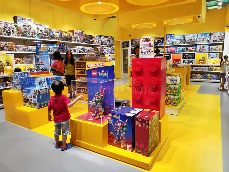Магазин людей на магазине Lego стоковая фотография