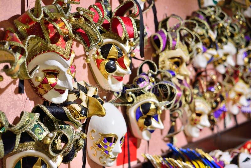 Магазин маски масленицы улицы в Венеции, Италии стоковое изображение