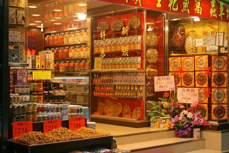 Магазин медицины традиционного китайския на улицах Гонконга стоковые фотографии rf