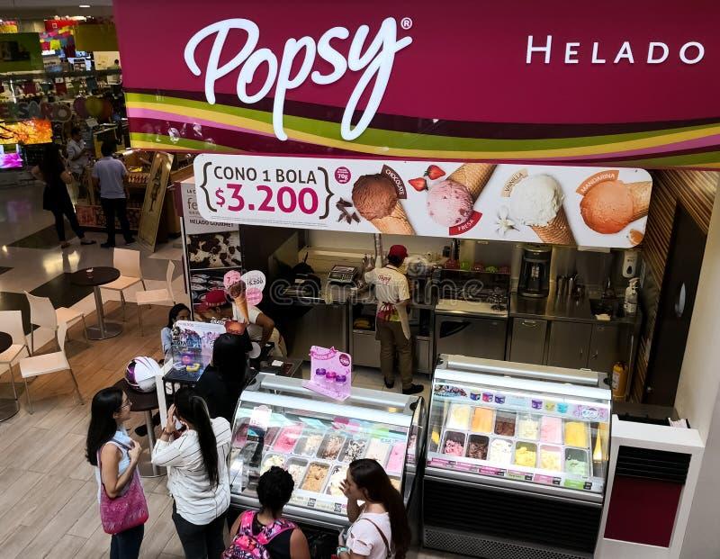 Магазин мороженого Popsy Люди покупая очень вкусные конусы и milkshakes мороженого стоковое изображение rf