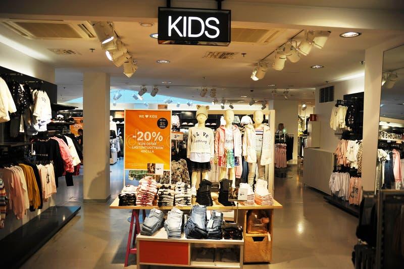 Магазин одежды с одеждами для детей в Хельсинки стоковое изображение