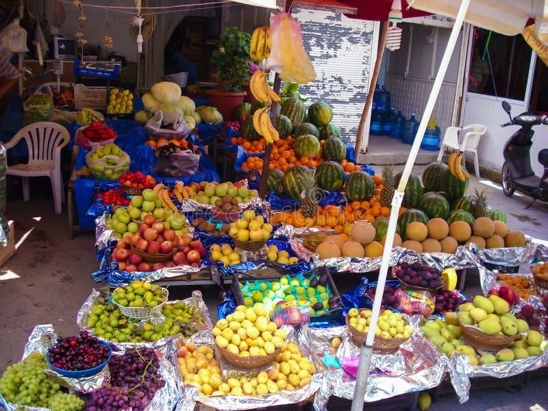 Магазин плодоовощ улицы в Турции с сериями плодоовощ для продажи включая дыни, виноградины, сливы, груши, яблока, бананы, апельси стоковое изображение