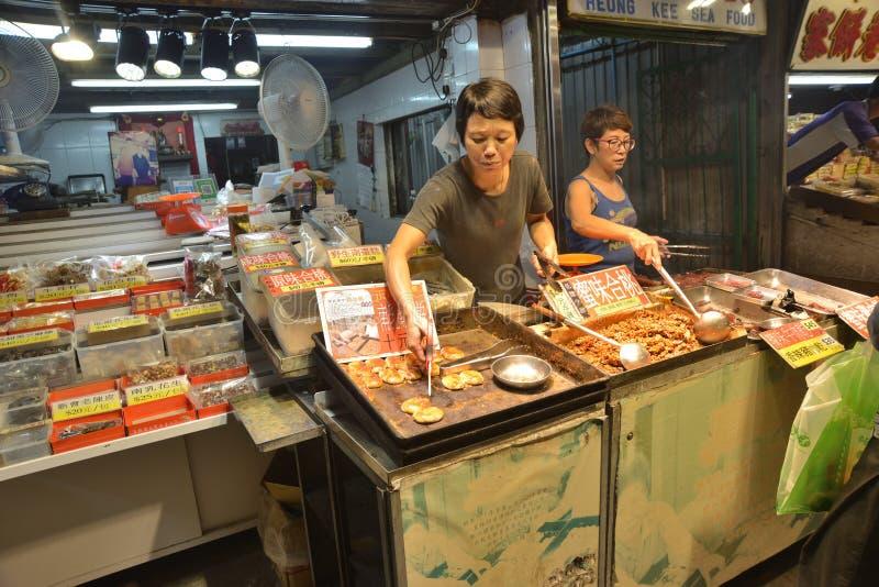 Магазин розничной торговли закуски продавая работника стоковая фотография rf