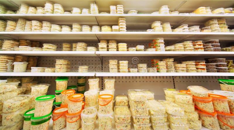 магазин салатов контейнеров различный пластичный стоковые фотографии rf