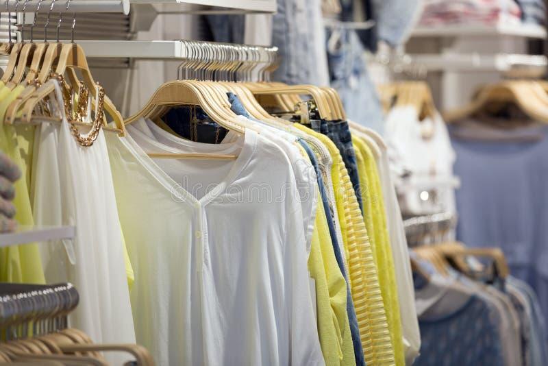Магазин с женскими вскользь одеждами стоковые фотографии rf