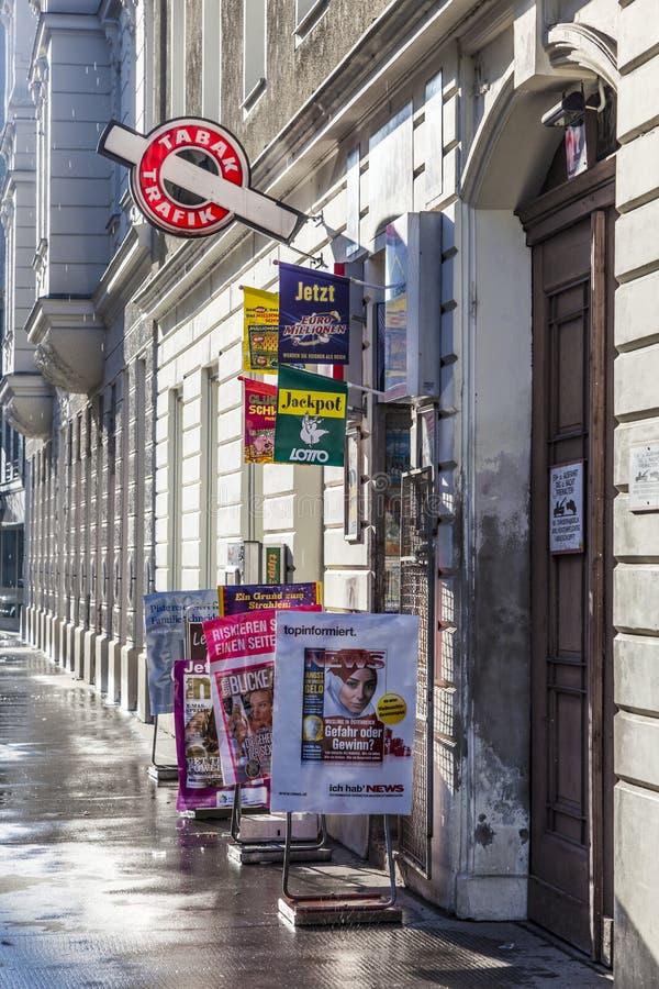 Магазин табака в свете раннего утра в вене стоковые фотографии rf