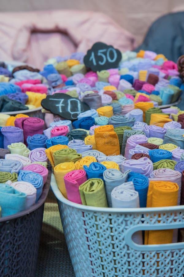 магазин ткани с стогами красочных тканей стоковое изображение