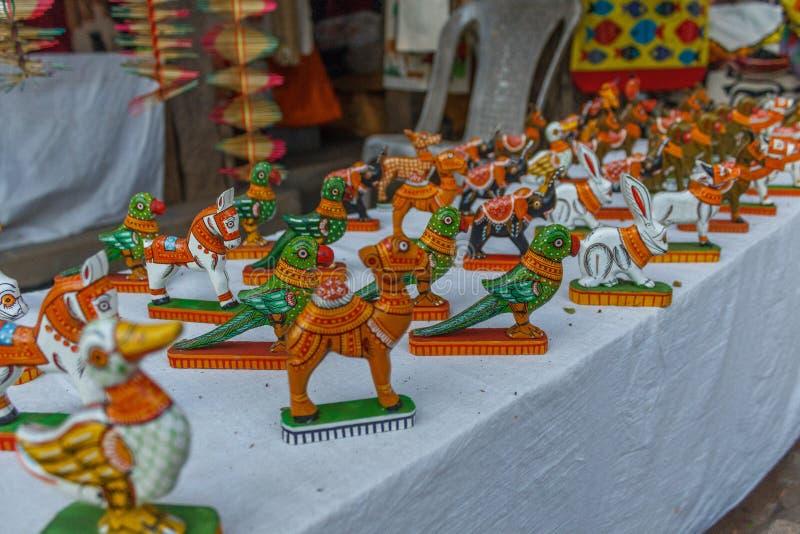 Магазин улицы продавая ручной работы покрашенные керамические игрушки попугая, слона, лошади, кролика Ченнаи Индия 25-ое февраля  стоковое изображение rf