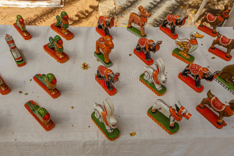 Магазин улицы продавая ручной работы покрашенные керамические игрушки попугая, слона, лошади, кролика Ченнаи Индия 25-ое февраля  стоковое фото rf