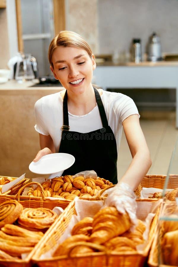 магазин хлебопекарни Счастливая женщина продавая печенье стоковое фото