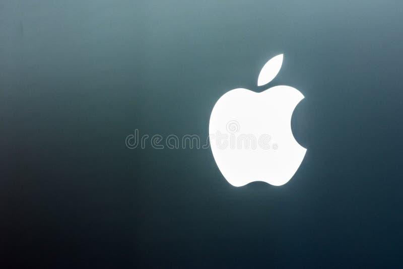 Магазин электроники дисплея зоны продаж дисплея крупного плана логотипа Яблока стоковое изображение