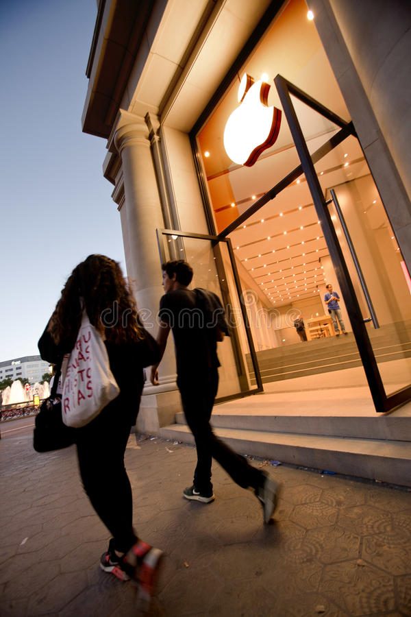 Download Магазин Apple в Барселона редакционное стоковое изображение. изображение насчитывающей компьютер - 41657364