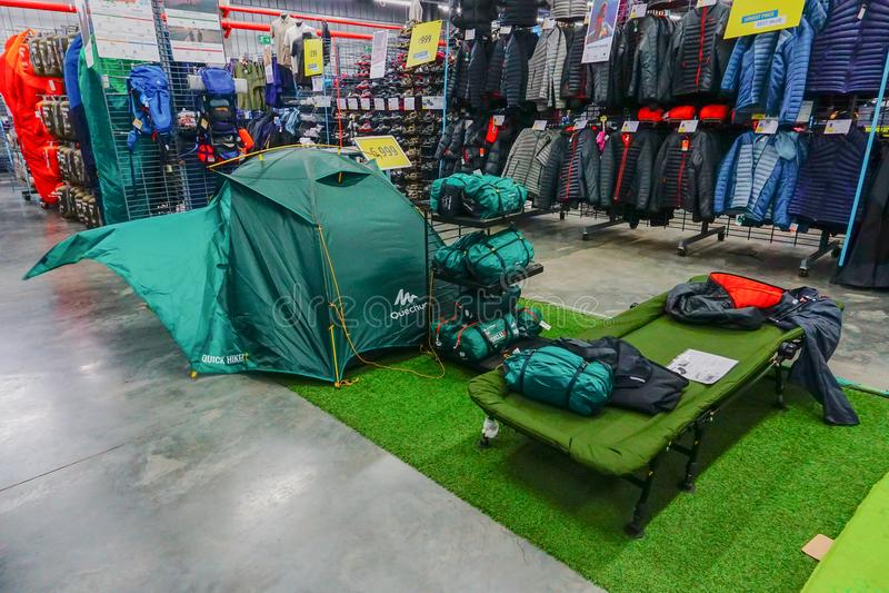 Магазин Dechathlon - красочные шатры на дисплее стоковое фото