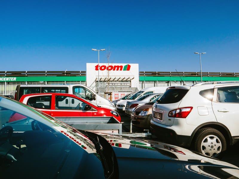 Магазин Toom немецкий DIY с автомобилями автостоянки стоковые изображения