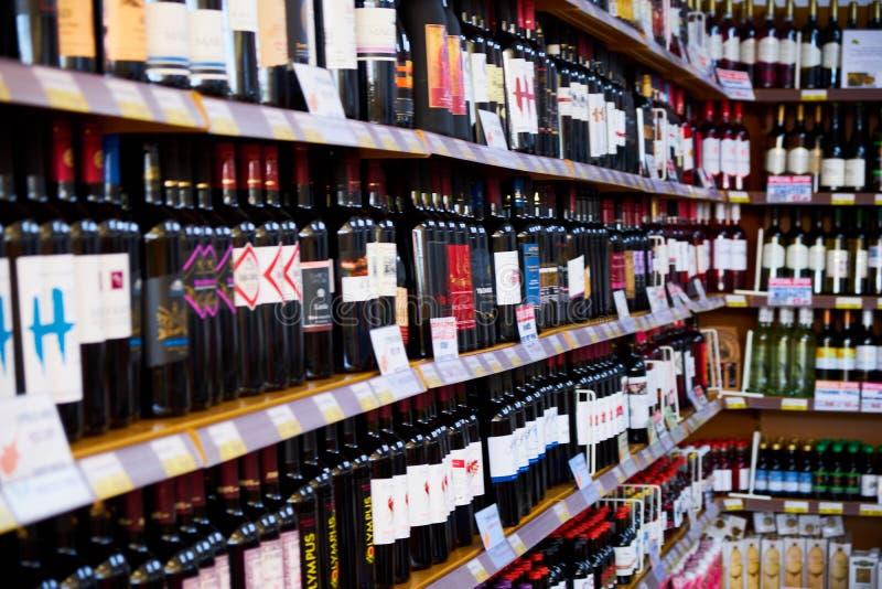 Магазин Windows Москвы, России - 6-ое июня 2018 с алкогольными напитками различных брендов в супермаркете стоковое изображение rf