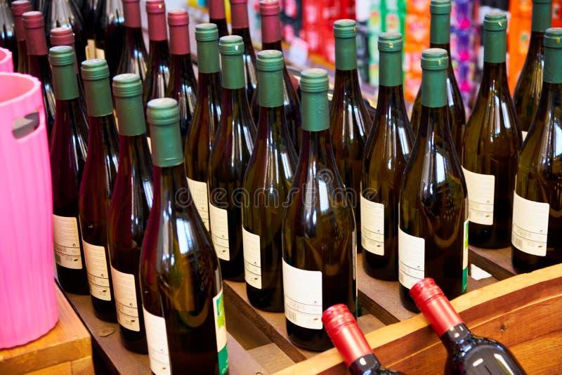 Магазин Windows Москвы, России - 6-ое июня 2018 с алкогольными напитками различных брендов в супермаркете стоковые фотографии rf