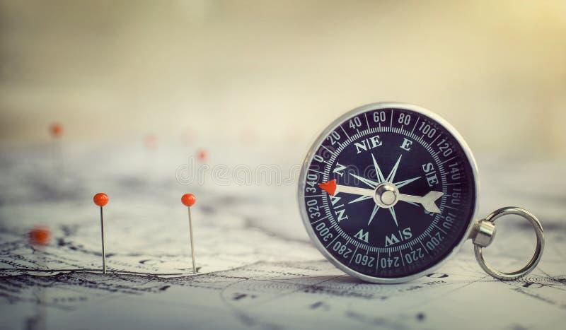 Магнитный компас на карте мира Перемещение, землеведение, навигация, tou стоковая фотография rf