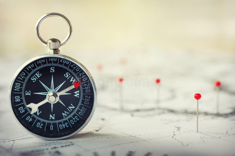 Магнитный компас на карте мира Предпосылка концепции перемещения, землеведения, навигации, туризма и исследования Фото макроса оч стоковая фотография