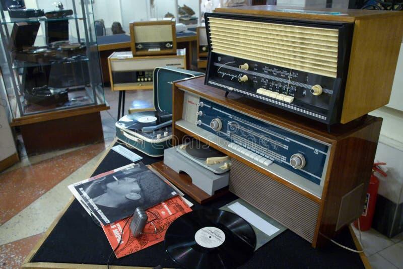 Магнитогорск, Россия, - 20-ое апреля 2012 Винтажное советское ретро радиооборудование установленное в лобби здания  стоковое изображение