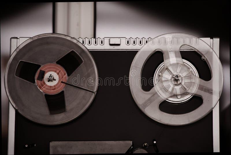 Магнитофон вьюрка, старый, винтажный, портативный вьюрок, который нужно намотать магнитофон трубки стоковое фото