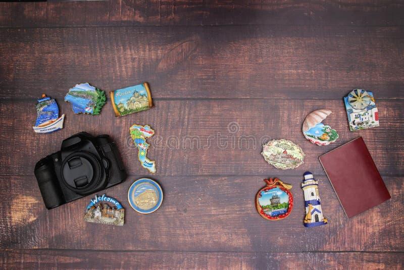 Магниты паспорта и перемещения камеры на таблице стоковые фото