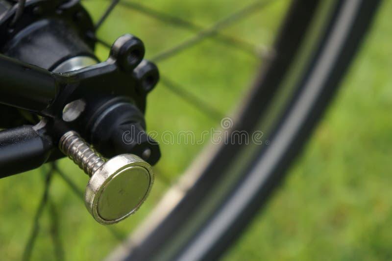 Магнит для складывая велосипеда велосипеда на зеленой предпосылке стоковые фотографии rf