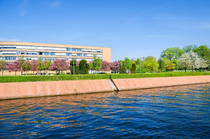 Магнус-Hirschfeld-Ufer с цветя деревьями, promenad портового района стоковые фото