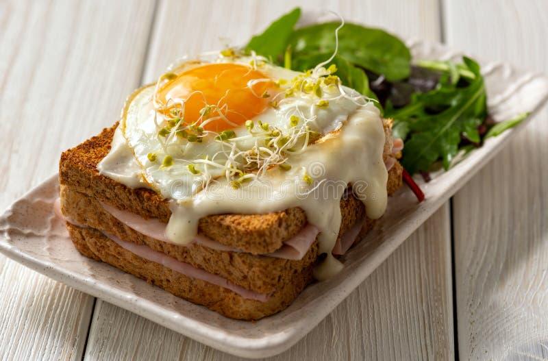 Мадам Croque, горячие французские тосты с ветчиной, сыр и яйцо стоковые фото