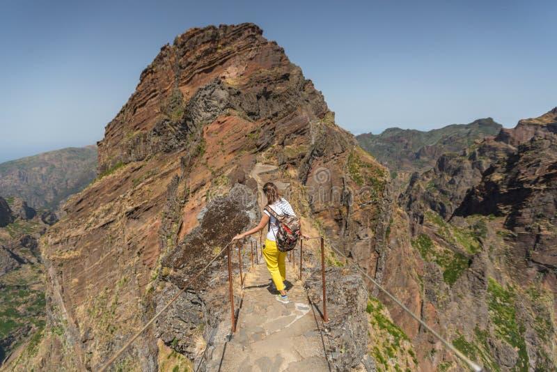 МАДЕЙРА, ПОРТУГАЛИЯ - 30-ОЕ ИЮНЯ 2015: Маленькая девочка на пути горы замотки trekking на Pico делает Areeiro, Мадейру, Португали стоковые изображения