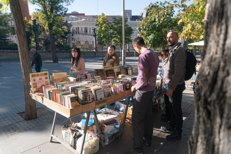 Мадрид, Испания - 12,2017 -го ноябрь: Неопознанные люди смотрят книги для продажи в парке Мадриде Retiro, Испании стоковые фото