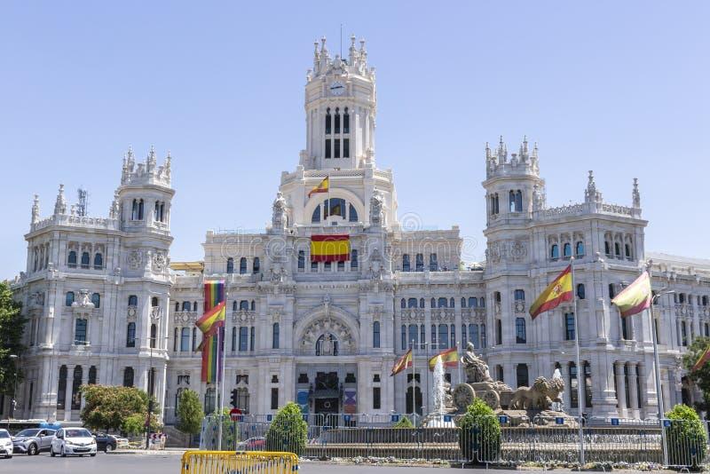 Мадрид, Испания; 6-ое июля 2019: Городская ратуша Мадрида с флагом радуги на своем фасаде во время торжества гей-парада стоковое фото rf