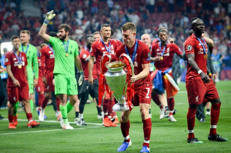 Мадрид, Испания - 1-ОЕ МАЯ 2019: Джеймс Milner с с чашкой празднует их выигрывать лиги чемпионов UEFA 2019 после выпускных экзаме стоковое изображение