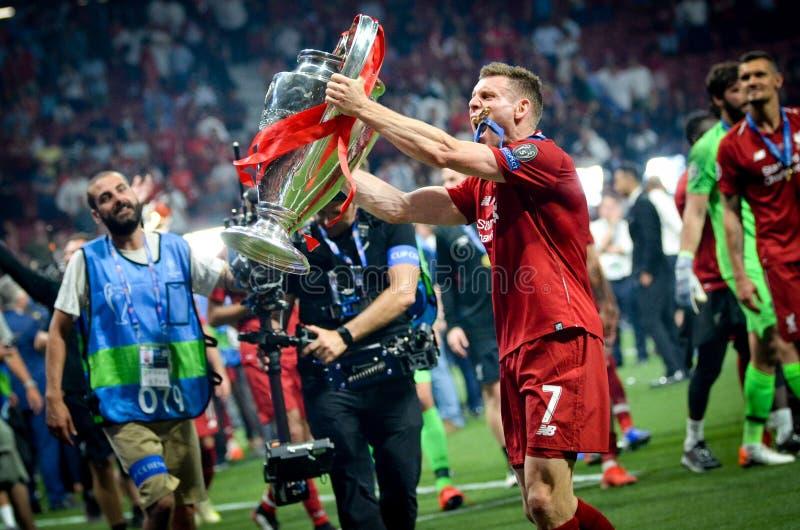 Мадрид, Испания - 1-ОЕ МАЯ 2019: Джеймс Milner с с чашкой празднует их выигрывать лиги чемпионов UEFA 2019 после выпускных экзаме стоковые изображения