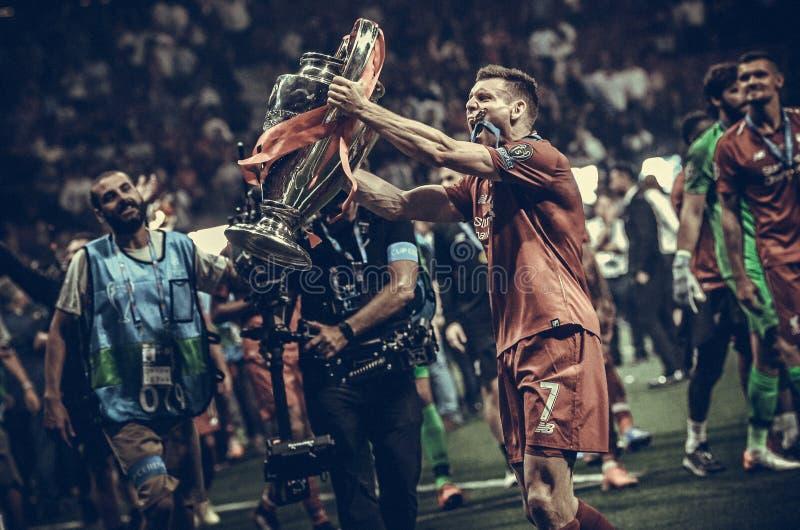 Мадрид, Испания - 1-ОЕ МАЯ 2019: Джеймс Milner с с чашкой празднует их выигрывать лиги чемпионов UEFA 2019 после выпускных экзаме стоковое фото