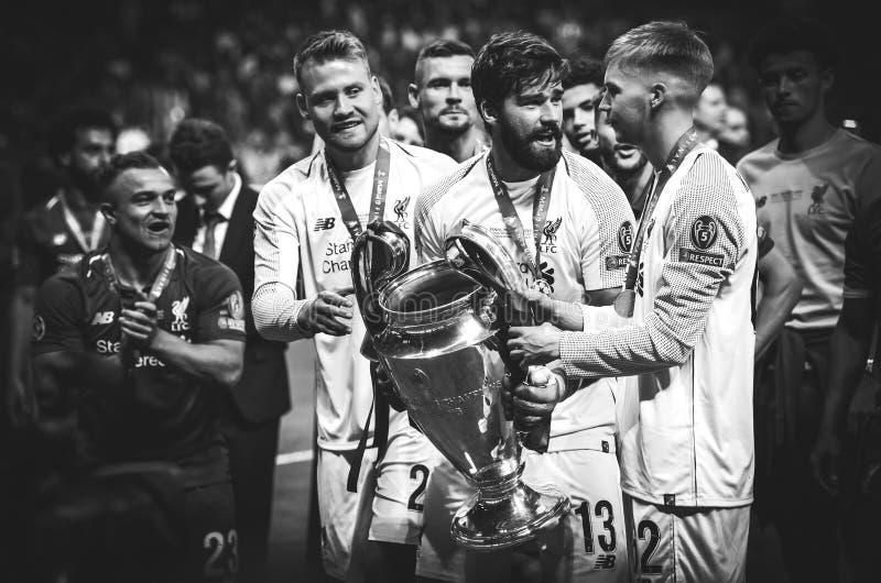 Мадрид, Испания - 1-ОЕ МАЯ 2019: Игроки Alisson и Ливерпуля празднуют их выигрывать лиги чемпионов UEFA 2019 после стоковые изображения