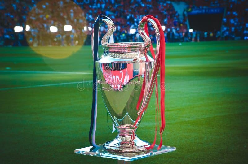 Мадрид, Испания - 1-ОЕ МАЯ 2019: Чашка лиги чемпионов на постаменте во время финального матча 2019 лиги чемпионов UEFA между FC стоковое фото