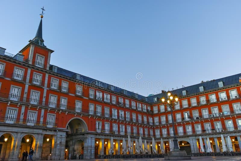 МАДРИД, ИСПАНИЯ - 22-ОЕ ЯНВАРЯ 2018: Взгляд утра мэра площади со статуей короля Philips III в Мадриде стоковые изображения rf