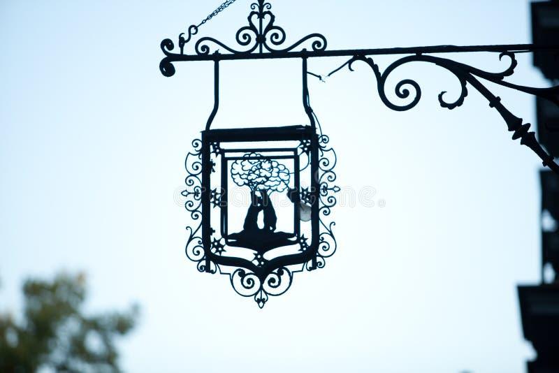 МАДРИД, ИСПАНИЯ - 3-ЬЕ НОЯБРЯ 2010: Знак металла с гербом Мадрида стоковое изображение